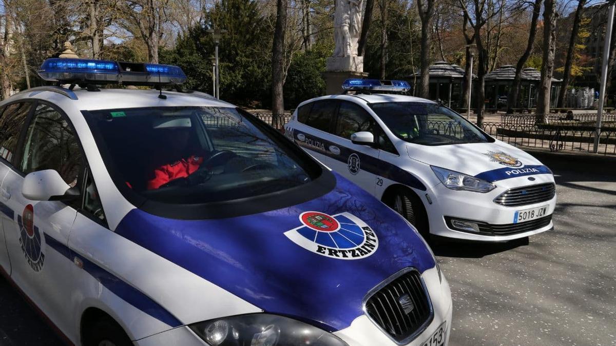 Una patrulla de la Ertzaintza y otra de la Policía local, en el centro de Vitoria