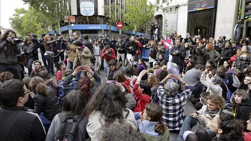 Decenas de personas protestan ante la casa de Gallardón por la ley del aborto