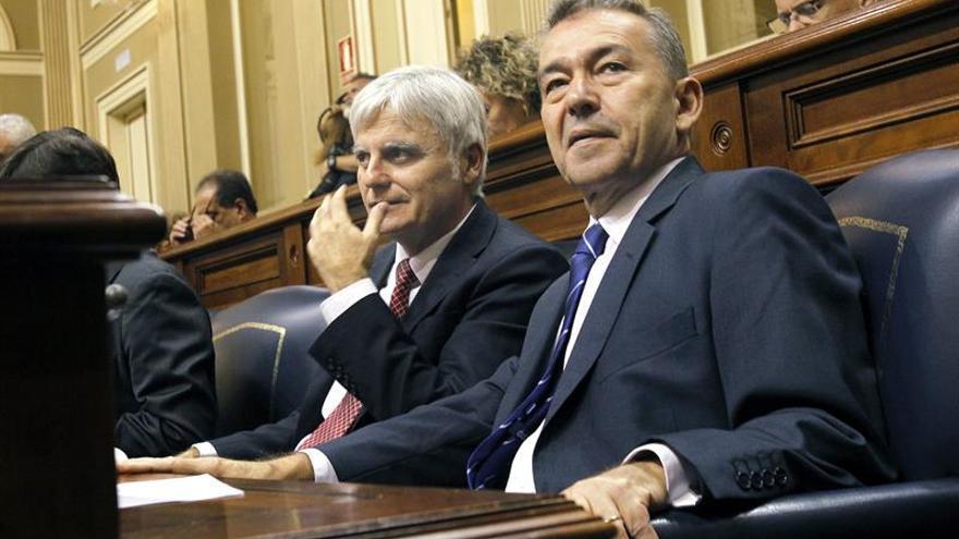 El presidente y el vicepresidente del Gobierno de Canarias, Paulino Rivero (d) y José Miguel Pérez, momentos antes de comenzar la sesión plenaria del Parlamento regional. (Efe/Cristóbal García).