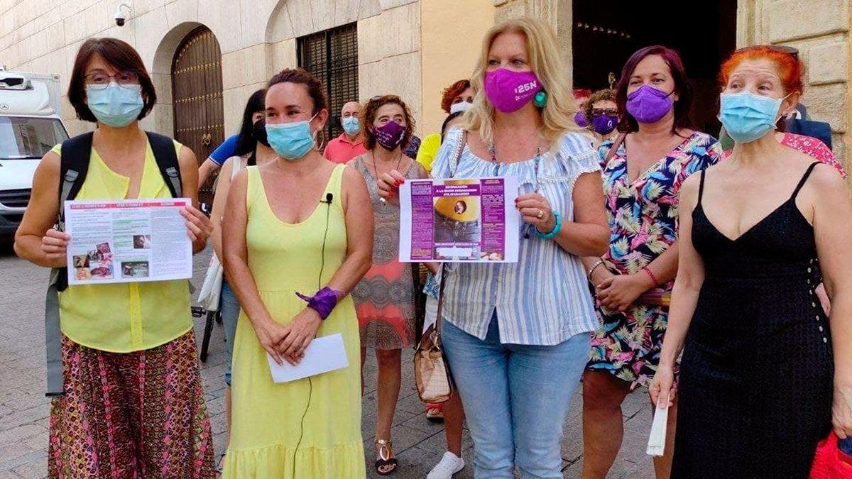 Cargos públicos de Unidas Podemos y colectivos de mujeres ante la sede de la Junta de Andalucía.