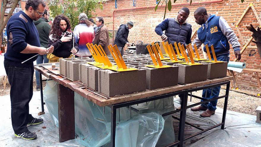 Vecinos durante la construcción de la U de Usera. / Intermediae