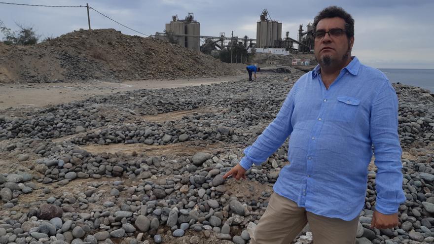 Ramón González, de Los Verdes, junto a las obras realizadas por la empresa en la que participa David Silva