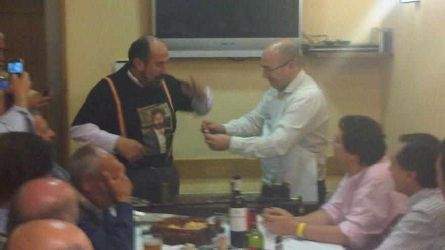 De Miguel, de pie, con Gerenabarrena, sentado, en la sociedad gastronómica donde estaba domiciliada Kataia Consulting