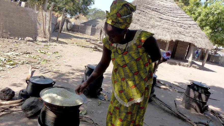 """Yarya, vecina de Sissaucunda, ultima la preparación del arroz en una de las 2 mil """"cocinas mejoradas"""" distribuidas en la región.  / FOTO: Alberto Senante"""