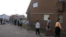 Colas en la apertura de los colegios electorales en Burela, el epicentro del brote de coronavirus de A Mariña