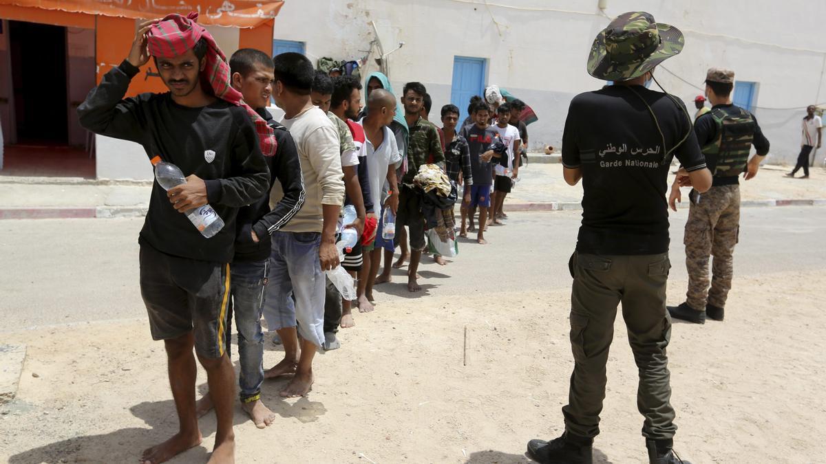 Migrantes rescatados hacen cola en el puerto de Ben Gardane, en el sur de Túnez, el miércoles 7 de julio de 2021.