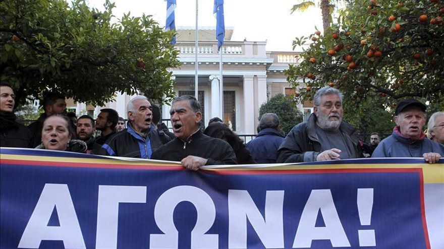 Manifestantes protestan en Atenas contra la reforma de pensiones del Gobierno
