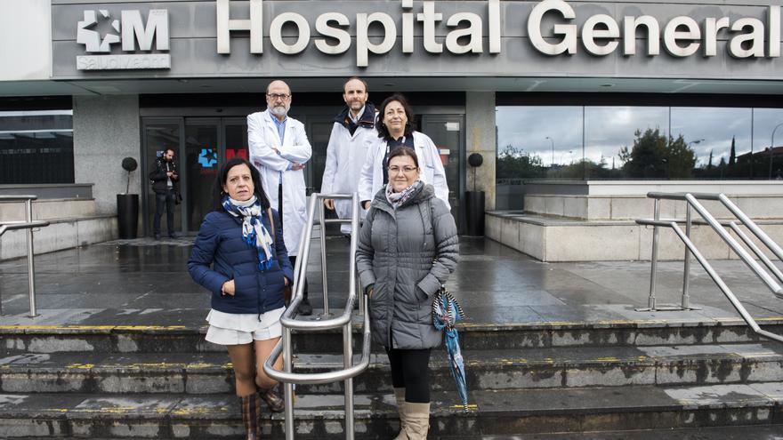 Raquel Castejón, Jesús Mingorance, Antonio Martínez, Nuria Vilaboa y Rocío Ruiz, en el hospital La Paz. / Fernando Sánchez
