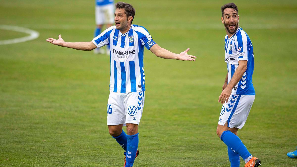 Aitor Sanz y Carlos Ruiz protestan la anulación del gol al Tenerife