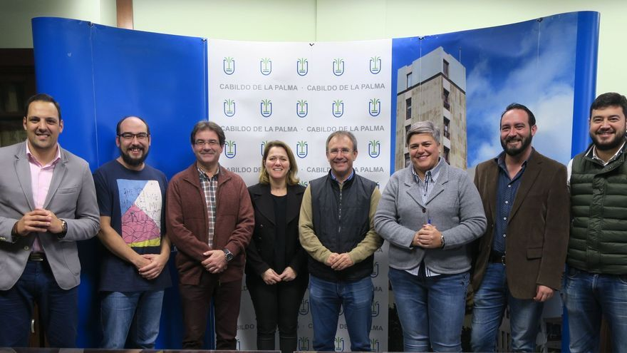 La consejera de Turismo del Cabildo (c) con los alcaldes de Barlovento, Breña Alta, El Paso, Villa de Garafía, Los Llanos de Aridane, Puntallana y Tijarafe.