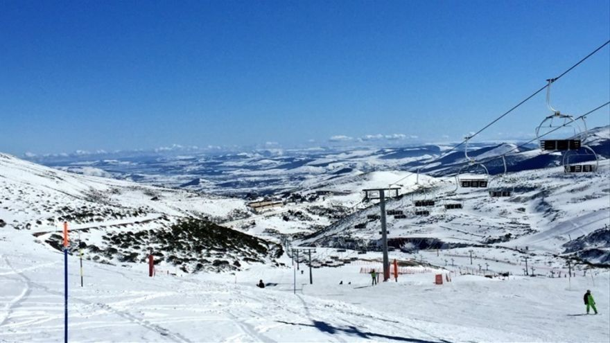 La afluencia de esquiadores a Alto Campoo obliga a cerrar también la CA-280 de acceso al Puerto de Palombera