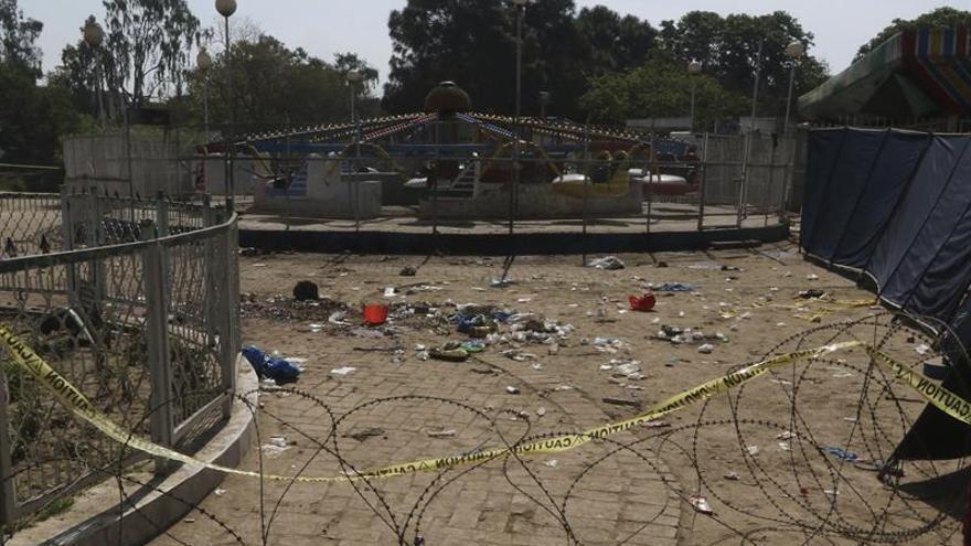 Aumentan a 72 los muertos en el atentado suicida del parque de Pakistán