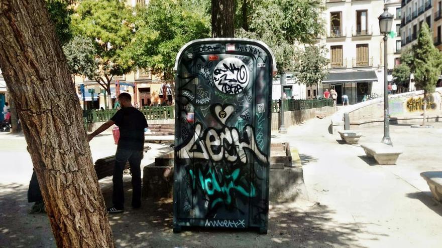 Ubicación actual del WC instalado en la Plaza del Dos de Mayo, a escasos metros del colegio público | SOMOS MALASAÑA