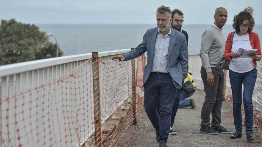 Ángel Víctor Torres visita una pasarela que se reformará en abril de 2017