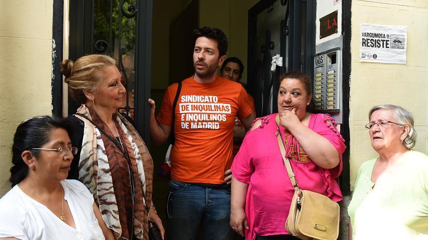 Pepi (segunda por la izquierda) y Rosi (segunda por la derecha) junto a otras dos vecinas de Argumosa 11 y un miembro del Sindicato de Inquilinas de Madrid. / Fernando Sánchez