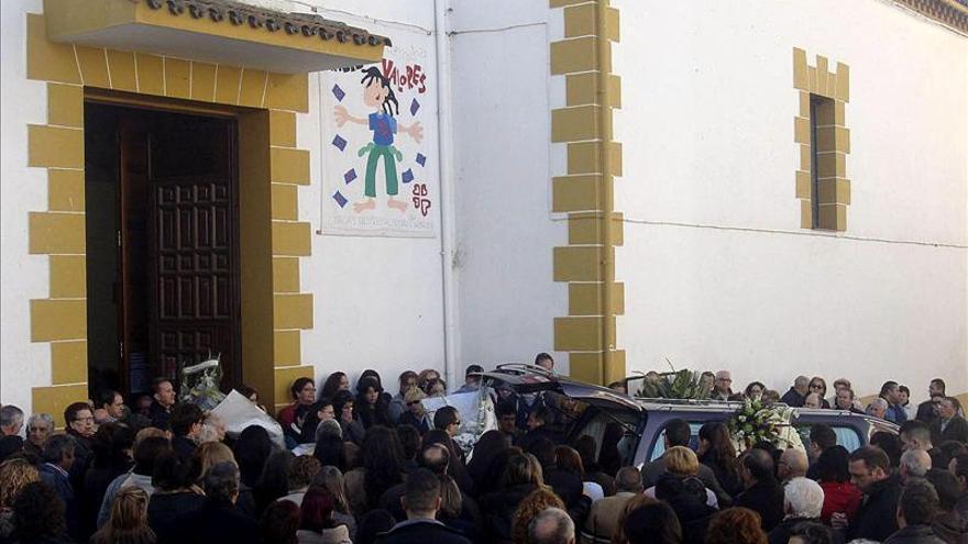 Cientos de personas despiden a la mujer víctima del parricidio de Almadén