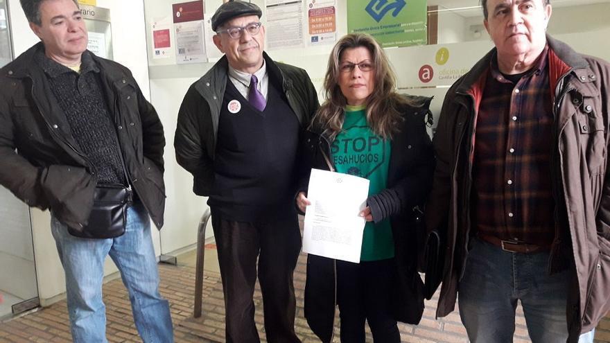 Miembros de la PAH de Albacete antes de registrar sus alegaciones.