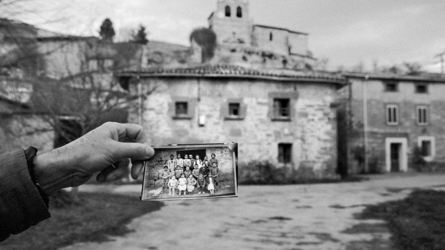 Sergi Bernal realiza un trabajo fotográfico para el libro Desenterrando el silencio. Foto: S. Bernal / Ed. Blume.