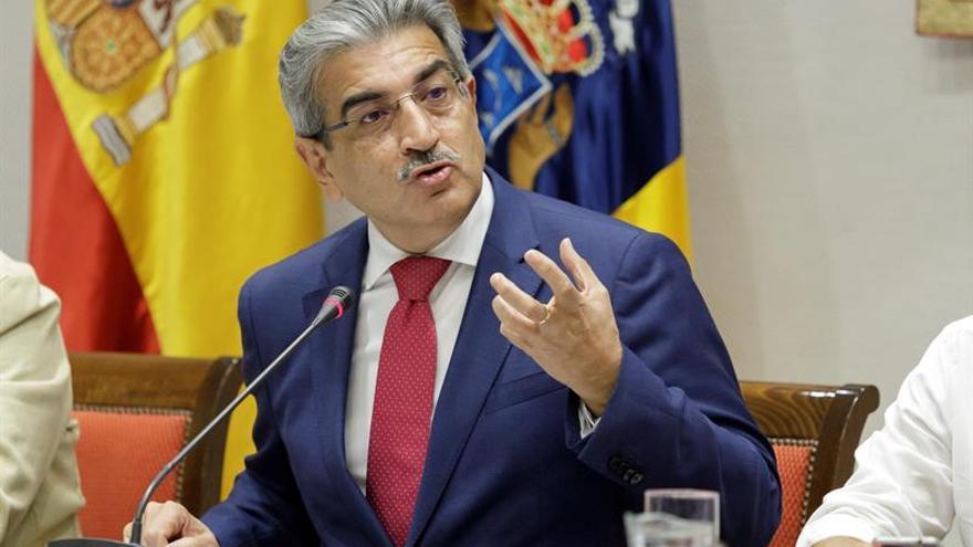El vicepresidente y consejero de Hacienda del Gobierno canario, Román Rodríguez, durante su comparecencia