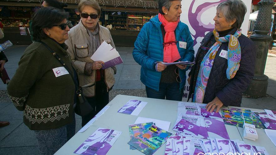 Mesa informativa de la plataforma contra la violencia machista.