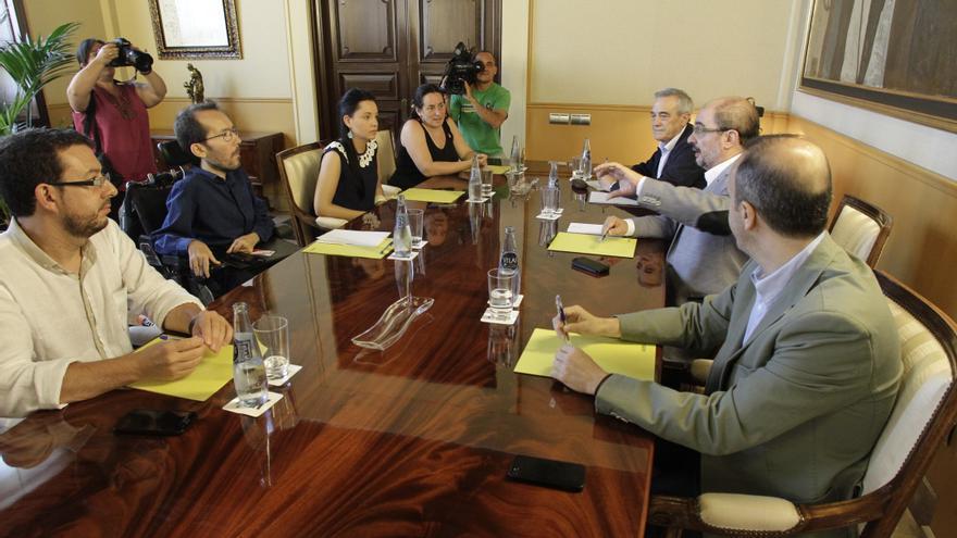 Imagen de archivo de una reunión entre el Gobierno y Podemos. Foto: Aragón hoy