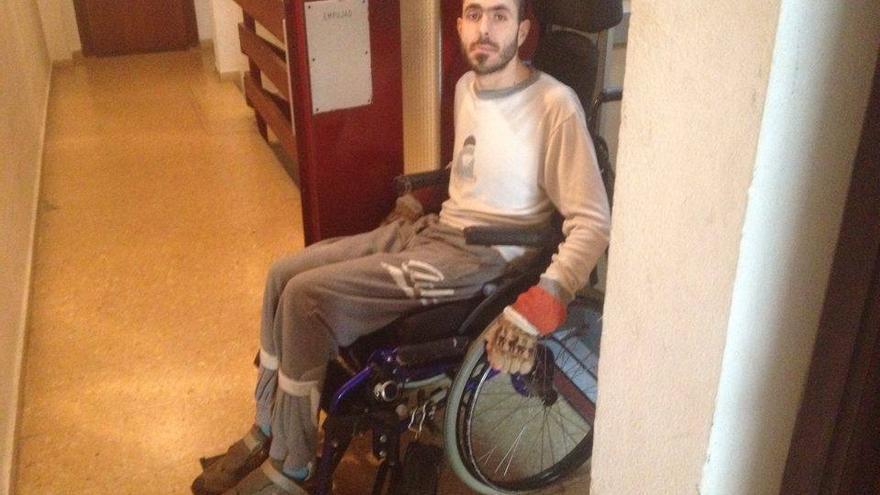 Pablo Cervera, frente al ascensor de su casa en el que no cabe con la silla de ruedas.