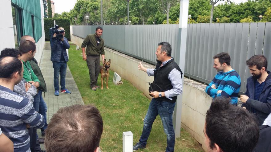 El educador canino Nacho Sierra durante su intervención en el curso para agentes en La Rioja. Foto: Red de Protección Canina