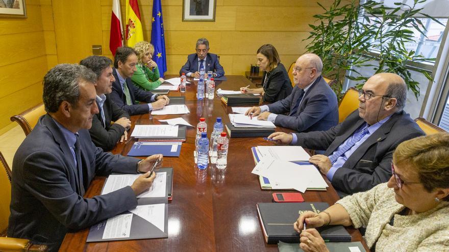 Minuto de silencio y silla vacía en la reunión del Consejo de Gobierno en funciones tras la muerte de Rafael de la Sierra. | NACHO ROMERO