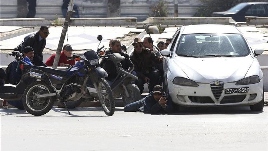 Siete turistas extranjeros y un tunecino mueren en un intento de asalto al Parlamento de Túnez