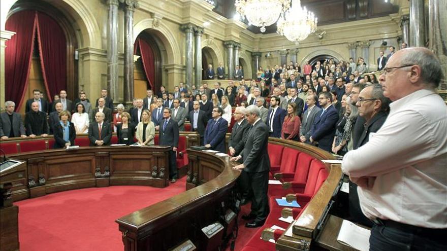 El Parlament condena los atentados de París y Beirut y guarda un minuto de silencio