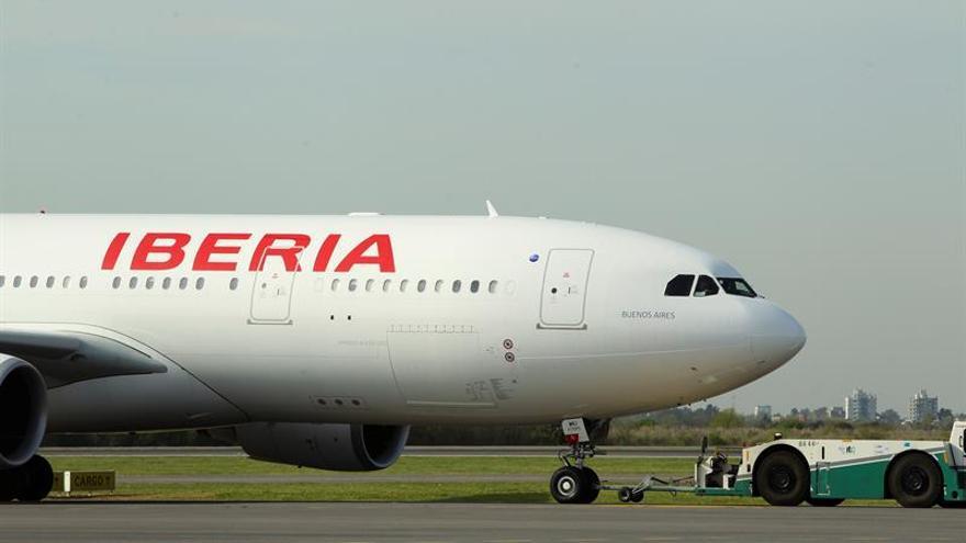 Un avión de Iberia permanece en el Aeropuerto de San Juan por una avería