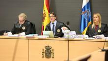 El juez Alba, presidente del tribunal, junto a los otros dos magistrados de la Sala, Carlos Vielba y Oscarina Naranjo. (ALEJANDRO RAMOS)