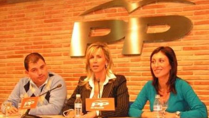 Cristina Serrano, en el centro, en un acto del PP de Orihuela.