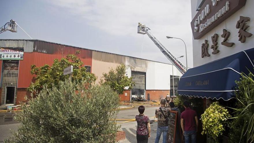 Un incendio afecta una nave industrial en Badalona