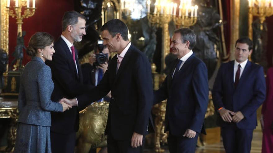 Pedro Sánchez y José Luis Rodríguez Zapatero saludan a los reyes en la recepción del pasado 12 de octubre en el Palacio Real.