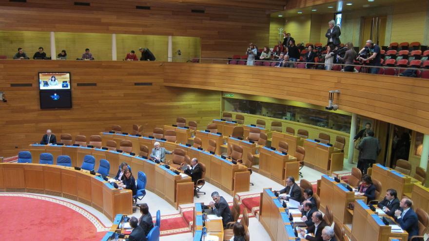 La oposición escenifica un plante en el Parlamento gallego por la restricción de visitas impuesta por la presidenta