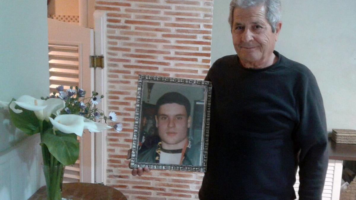 Guillem Agulló muestra una fotografía de su hijo, asesinado por un grupo de neonazis en 1993.