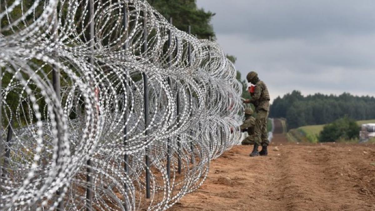 Las fuerzas militares polacas construyen una valla de 6 kilómetros en la frontera entre Polonia y Bielorusia.