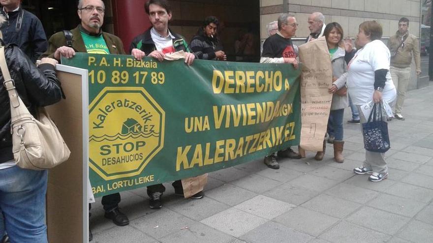 Una concentración de protesta de Stop Desahucios Bizkaia.
