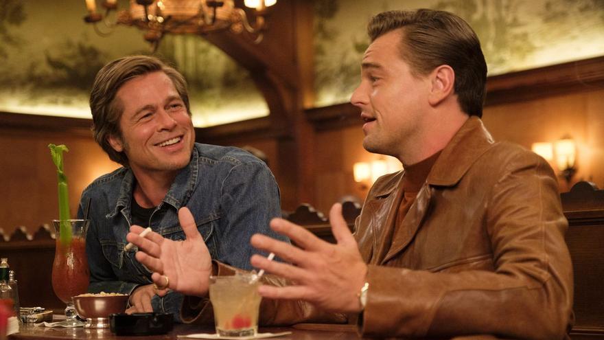 Cliff Booth (Brad Pitt) se toma algo con su jefe y amigo Rick Dalton (Leonardo DiCaprio)