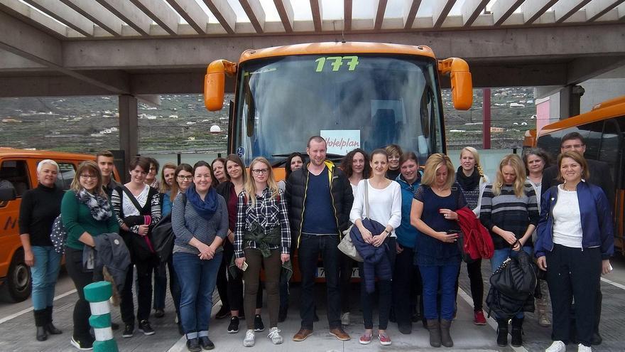 El grupo de veinte agentes de viajes del turoperador suizo Hotelplan con la consejera de Turismo del Cabildo de La Palma, Alicia Vanoostende (i).