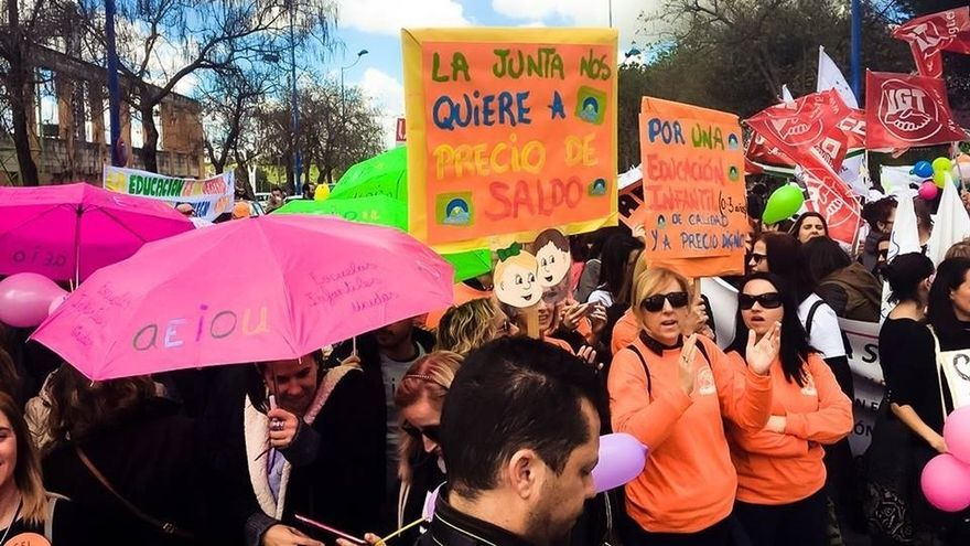 Miles de personas secundan la manifestación convocada por las guarderías en contra del nuevo modelo de financiación