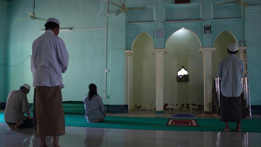 Un grupo de musulmanes birmanos reza en el campo de desplazados internos de Yin Taw en abril de 2014, un año después de que una oleada de violencia antimusulmana les obligara a abandonar sus casas en Meiktila, en el centro de Birmania. / Carlos Sardiña Galache.