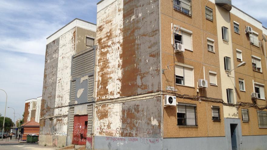 Uno de los edificios de viviendas pendientes de rehabilitación en El Torrejón.