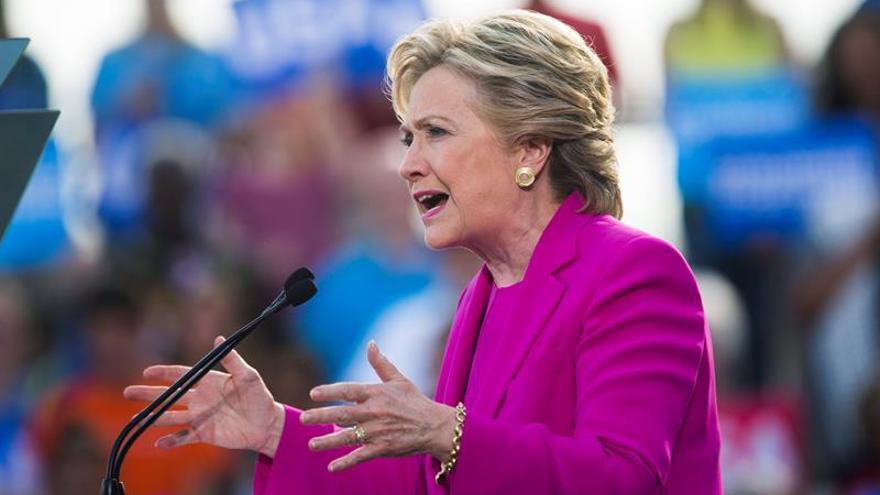 Hillary Clinton pide el voto con la estrella de la NBA LeBron James