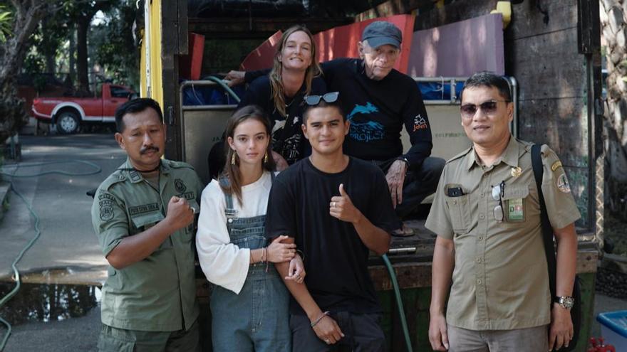 Ric O'Barry y parte del equipo responsable del santuario de delfines de Bali