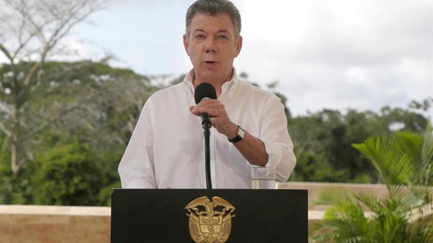"""Santos pide """"contundencia"""" contra delincuentes a nuevo contingente militar"""