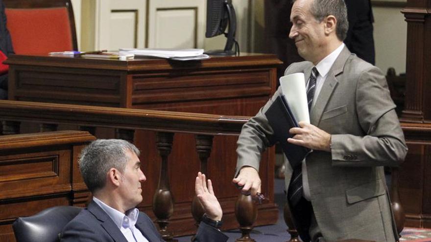 El presidente del Gobierno de Canarias, Fernando Clavijo (i), felicita al portavoz del grupo Nacionalista Canario, José Miguel Ruano