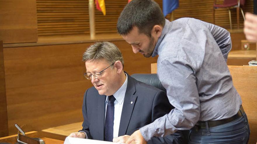 El president Ximo Puig junto al conseller Vicent Marzà en las Corts Valencianes