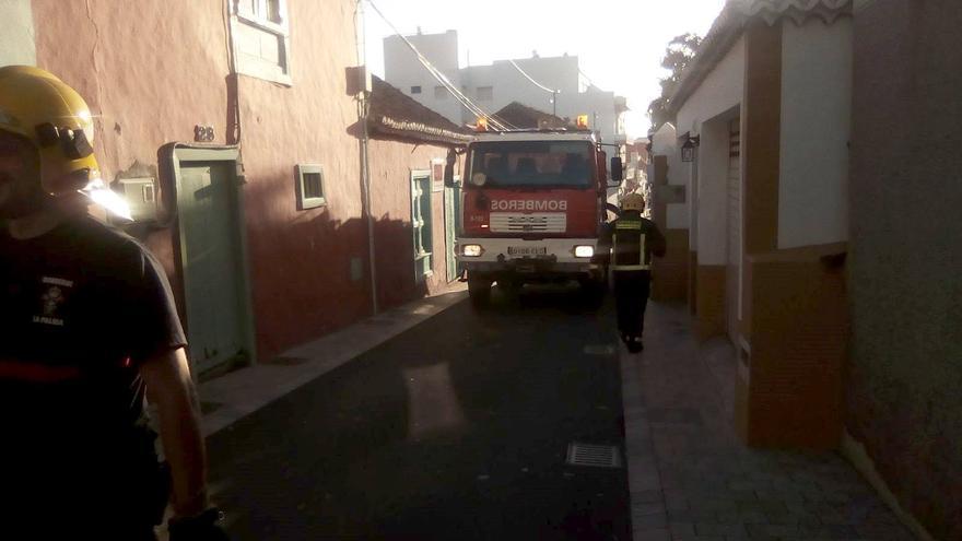 La rápida intervención de los bomberos evitó que el fuego registrado una casa de la Calle La Salud afectará a las viviendas colindantes.